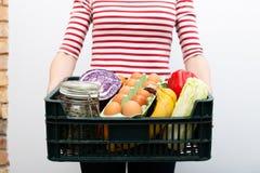 De doos van de vrouwenholding kruidenierswinkelvoedsel en van opslag Online kruidenierswinkel het winkelen de dienstconcept royalty-vrije stock afbeelding