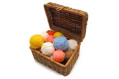 De doos van Wattled met kleurenballen van een wol Stock Foto