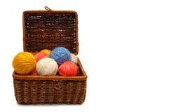De doos van Wattled met kleurenballen van wol Royalty-vrije Stock Afbeelding