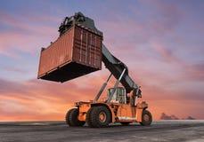 De dooslading van de vorkheftruck behandelende container Royalty-vrije Stock Afbeelding