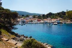 De dorpsbaai op het eiland behandelde met het meest forrest in Middellandse Zee in Kroatië stock foto