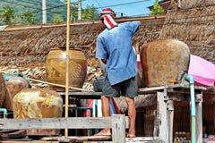 De dorpsbewoner trekt zoutwater goed van het oude zout om te koken stock fotografie