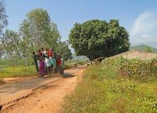 De dorpsbewoners klampen zich aan buiten een jeep vast Royalty-vrije Stock Foto