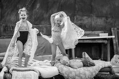De dorpskinderen spelen in de binnenplaats in mode Stock Fotografie