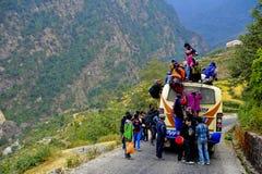 De dorpsmensen proberen om op de bus te krijgen Stock Foto's