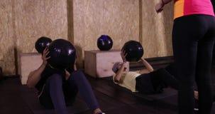 De dos mangos en ejercicio abdominal del deporte del gimnasio con la bola Guy Working Abs Crossfit Training, instructor Sportsman almacen de metraje de vídeo