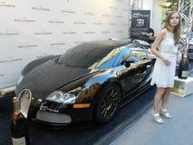 De douane berijdt 1500hp Bugatti Veyron met modelmeisje en - Formule 1 van Montreal - weekend 2013 stock foto's