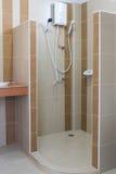 De douche van Nice in nieuwe heldere badkamers Royalty-vrije Stock Fotografie
