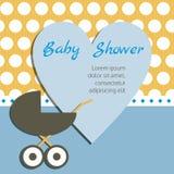 De douchekaart van de baby Het hart met Uitnodiging en de Kinderwagen op de Polka  Stock Afbeelding