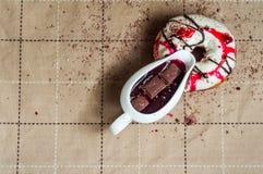 De doughnut met jam gaf witte chocolade water Donkere chocolade, melkcho Royalty-vrije Stock Foto's