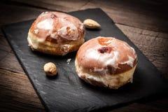 De doughnut met suikerglazuur en nam jam toe royalty-vrije stock afbeeldingen