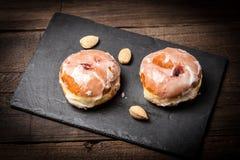 De doughnut met suikerglazuur en nam jam toe stock afbeeldingen