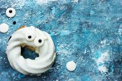 De doughnut van de spookchocolade met ogen, Gelukkige Halloween-achtergrond Stock Foto