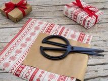 De dozen, de schaar en het lint van de Kerstmisgift op houten backgroun Royalty-vrije Stock Foto
