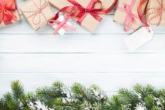 De dozen en de spar van de Kerstmisgift Stock Afbeeldingen