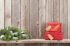 De dozen en de spar van de Kerstmisgift Royalty-vrije Stock Afbeeldingen