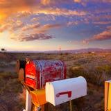 De dozen van de Grungepost op een rij bij de woestijn van Arizona Stock Fotografie