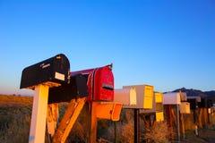 De dozen van de Grungepost op een rij bij de woestijn van Arizona Stock Afbeelding