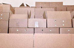 De dozen van de kartonverpakking in een pakhuis Royalty-vrije Stock Afbeeldingen
