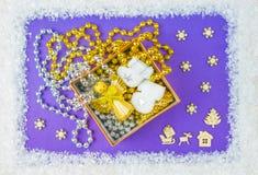 De dozen van de Kerstmisgift en de engelenboom, sneeuw, blauwe achtergrond Hertencabine in het hout stock foto's