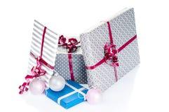 De dozen van de Kerstmisgift en Kerstmisballen Stock Afbeeldingen