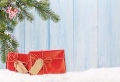 De dozen van de Kerstmisgift en sparrentak in sneeuw Royalty-vrije Stock Foto's