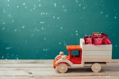 De dozen van de Kerstmisgift in houten stuk speelgoed vrachtwagen Stock Foto