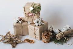 De dozen van de Kerstmisgift met bloemen en het decoratieve objecten katoen van Eco, kaneel, de nette takken en streng van de jut Royalty-vrije Stock Fotografie