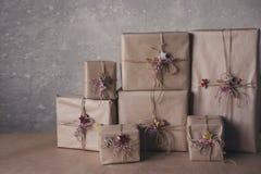 De dozen van de Kerstmisgift met kant en sterren, levensstijl, vakantie, gift worden, vieren, het begroeten verfraaid die Royalty-vrije Stock Foto's