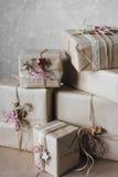 De dozen van de Kerstmisgift met kant en sterren, levensstijl, vakantie, gift worden, vieren, het begroeten verfraaid die Stock Fotografie
