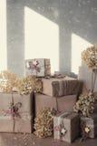 De dozen van de Kerstmisgift met kant en sterren, levensstijl, vakantie, gift worden, vieren, het begroeten verfraaid die Stock Afbeeldingen