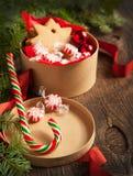 De dozen van de Kerstmisgift met koekjes en suikergoed Stock Foto