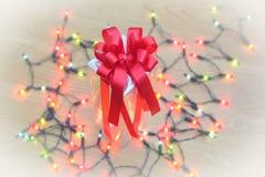 De dozen van de Kerstmisgift met licht op hout Royalty-vrije Stock Foto's