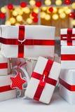 De dozen van de Kerstmisgift met rode lintbogen Royalty-vrije Stock Afbeelding