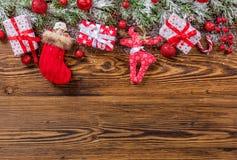 De dozen van de Kerstmisgift op houten planken worden geplaatst die Royalty-vrije Stock Afbeeldingen