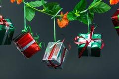 De dozen van de Kerstmisgift op zwarte achtergrond Stock Fotografie