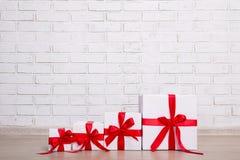 De dozen van de Kerstmisgift over bakstenen muur Royalty-vrije Stock Foto