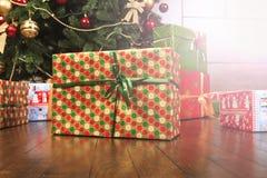 De dozen van de Kerstmisgift over thr houten achtergrond Vakantie 2017 nieuw jaar Royalty-vrije Stock Foto's