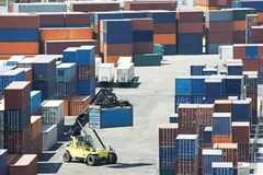 De dozen van de ladingscontainer in dokterminal Stock Afbeelding