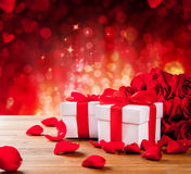 De dozen van de valentijnskaartengift op abstracte rode achtergrond Royalty-vrije Stock Afbeeldingen