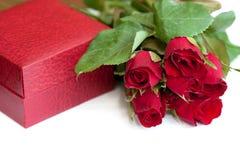 De doos van de verpakking en rode rozen Royalty-vrije Stock Foto