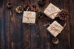 De dozen van giftkerstmis op een houten achtergrond Stock Foto