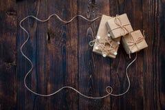 De dozen van giftkerstmis op een houten achtergrond Stock Foto's