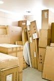 De dozen van het karton in een pakhuis Stock Fotografie