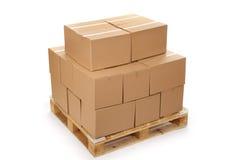 De dozen van het karton op houten palet Stock Foto