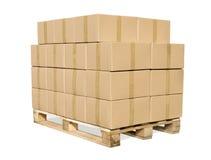 De dozen van het karton op houten palet op wit Stock Afbeeldingen