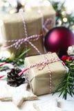 De dozen van de Kerstmisgift en feestelijk decor Stock Afbeelding