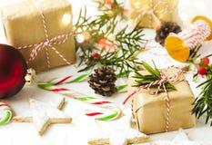 De dozen van de Kerstmisgift en feestelijk decor op witte achtergrond Stock Afbeeldingen