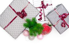 De dozen van de Kerstmisgift en Kerstmisballen Stock Foto