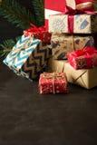 De dozen van de Kerstmisgift op dark Stock Foto's